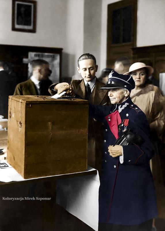 Weteranka powstania styczniowego Maria Fabianowska podczas głosowania.1935.km